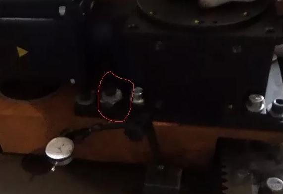 通过调整图示偏心轮的位置来保证斜齿轮之间的单向齿间间隙为0.10mm左右